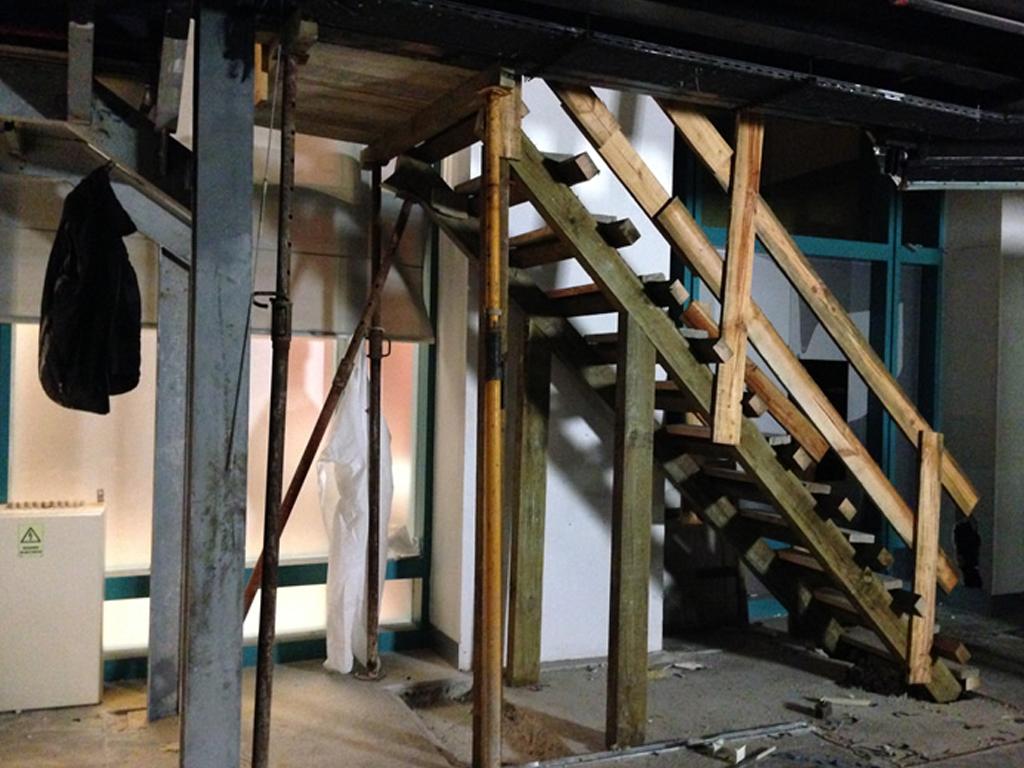 Centro Comercial Colombo  2014   Execução de escada em Madeira, trabalhos de carpintaria.